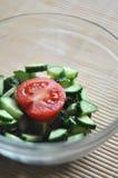 准备素食沙拉、一个碗菜蕃茄和黄瓜 免版税库存图片