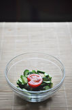 准备素食沙拉、一个碗菜蕃茄和黄瓜 免版税库存照片