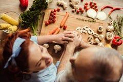 准备素食主义者食物的夫妇 免版税库存照片