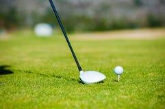 准备从高尔夫球发球区域的观点的高尔夫球运动员 库存照片