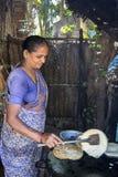 准备dosa在厨房, Auroville的印地安妇女 免版税图库摄影