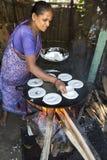 准备dosa在厨房, Auroville的印地安妇女 库存图片