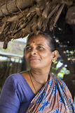 准备dosa在厨房, Auroville的印地安妇女 免版税库存图片