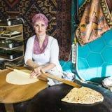 准备Gozeme,土耳其薄煎饼的土耳其妇女 免版税库存照片