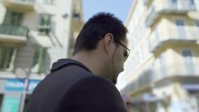 准备Inattantive的人谈话在电话和穿过拥挤的街在城市 股票视频