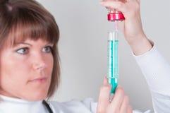 准备injektion的护士隔绝在白色 库存照片