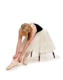 准备Pointe鞋子的芭蕾舞女演员 库存照片