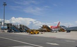 准备Vietjet空气的飞机在岘港国际机场离开 免版税图库摄影