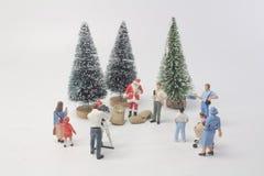 准时圣诞老人玩偶与树 免版税库存照片