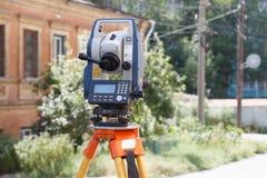 准距计距离的迅速测量的一个经纬仪在勘测的 库存图片