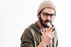 年轻凉快的人抽烟的香烟 库存图片