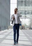 凉快的人走和谈话与手机 免版税图库摄影