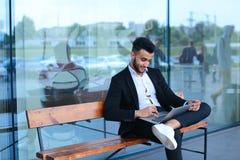 凉快的人阿拉伯人使用膝上型计算机商业中心 库存图片