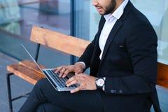 凉快的人阿拉伯人使用膝上型计算机商业中心 免版税图库摄影