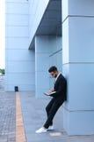 凉快的人阿拉伯人在商业中心使用膝上型计算机 免版税库存图片