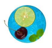 凉快的刷新的蓝色鸡尾酒用樱桃和被切的柠檬名列前茅v 图库摄影
