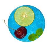 凉快的刷新的蓝色鸡尾酒用樱桃和被切的柠檬名列前茅v 免版税库存照片