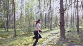 凉快的动态有一把刀子的场面连续人在他的手上 他跑胸部赤裸通过森林 真正的战斗机 股票录像