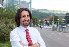 凉快的土耳其商人外面在他的办公室前面 免版税库存图片