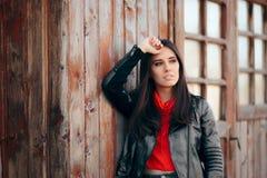 凉快的年轻女人室外画象佩带的皮夹克 库存照片