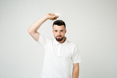 年轻凉快的有胡子的人想法概念、愉快的学生过来与的或解答 查出在白色 免版税库存图片