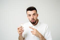 年轻凉快的有胡子的人想法概念、愉快的学生过来与的或解答 查出在白色 库存照片