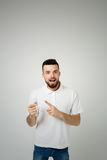 年轻凉快的有胡子的人想法概念、愉快的学生过来与的或解答 查出在白色 免版税库存照片