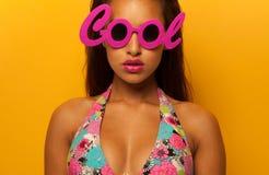 戴凉快的眼镜的时髦的女孩 免版税库存图片