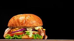 凉快的美丽的新鲜的水多的煮熟的汉堡在转盘转动 非常色情空气小圆面包和使有大理石花纹的牛肉 的餐馆 股票录像