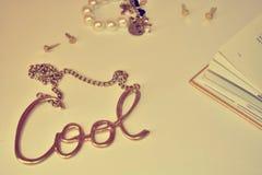凉快的金项链和珍珠镯子 免版税库存照片