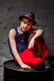 凉快的年轻Hip Hop男孩画象白色衬衣和黑皮夹克的在顶楼 免版税库存图片
