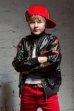 凉快的年轻Hip Hop男孩画象白色衬衣和黑皮夹克的在顶楼 图库摄影