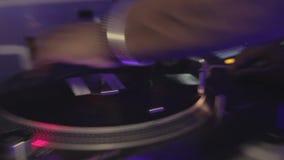 凉快的dj转动的盛肉盘,执行现代音乐在夜总会 跳舞 股票视频