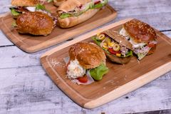 凉拌生菜三明治用在木板的缺一不可的面包 免版税库存图片