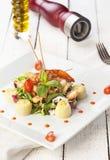 凉拌生菜用薄菏和蕃茄和油在木背景 免版税库存照片