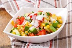 凉拌生菜用鲕梨、蕃茄和甜玉米 库存图片