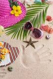 凉鞋、热和太阳镜在沙子 夏天海滩概念 免版税库存照片