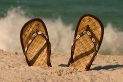 凉鞋海浪 免版税库存图片