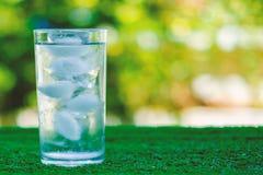 凉水到一杯冰里 免版税库存照片
