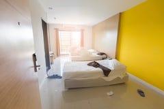 凌乱的卧室,特写镜头私有卧室,卧室旅馆,特写镜头卧室看法的关闭在早晨 免版税库存图片