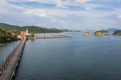 凌家卫岛港口码头和它的在天际马来西亚的小岛 库存图片