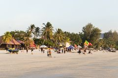 凌家卫岛,马来西亚, 2017年12月21日:在日落期间,游人享用凌家卫岛海滩 免版税库存图片