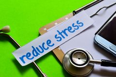 减少在医疗保健概念的重音有绿色背景 免版税库存照片