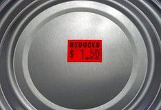 减少的定价的食物锡罐  免版税库存照片