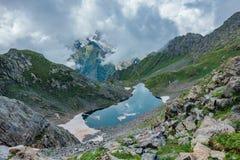 减少的月亮冷的小蓝色高山湖在夏天,鸟瞰图 免版税库存照片