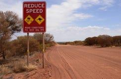 减少速度路标在内地澳大利亚 库存图片