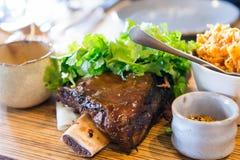 减慢与kimchi和pepercorns的厨师嫩牛肋骨 免版税库存照片