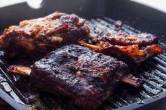 减慢煮熟的和烤肋骨 库存图片