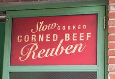 减慢煮熟的咸牛肉Reuben 免版税库存照片