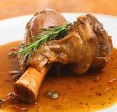 减慢煮熟的羊羔小腿用小汤 库存图片